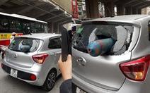 Bình sắt dài 1m như tên lửa 'bắn' thủng kính sau ôtô