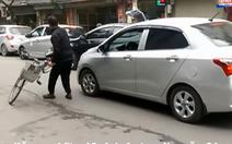 Video clip phản ứng ô tô chạy lấn làn, cụ ông lấy xe đạp ra chắn