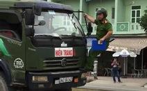 Cảnh sát đu người lên đầu xe tải buộc tài xế dừng xe