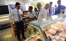 Bộ trưởng Úc nướng thịt, uống bia VN