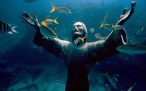 Bức tượng Chúa Jesu dưới biển xanh