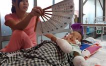 Bé gái 3 tuổi phải cắt cụt hai tay sau nhiễm khuẩn huyết