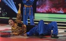 Vân Trang tung chiêu kẹp cổ trứ danh của Vovinam tại Đấu trường võ nhạc