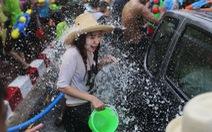 Phụ nữ bị quấy rối tình dục khi tham gia lễ hội té nước