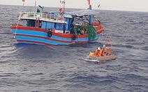 Vớt 4 ngư dân trôi dạt trên biển