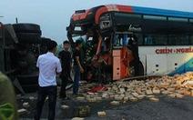 Xe khách va chạm với xe tải, hành khách đập cửa thoát thân