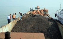 Cảnh sát biển bắt tàu chở 500 tấn quặng không giấy tờ