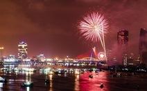 Xem pháo hoa từ tàu du lịch trên sông Hàn