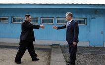 Tiết lộ những điều ông Kim, ông Moon nói với nhau khi vừa gặp mặt