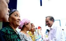 Phó thủ tướng Trương Hòa Bình tặng quà cho đồng bào người Chăm