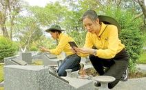 Bạn trẻ đội nắng chụp ảnh bia mộ liệt sĩ làm dữ liệu điện tử