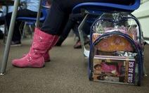 Mỹ tặng balo trong suốt cho học sinh để kiểm soát súng