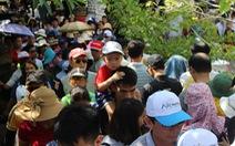 Nghỉ lễ 30-4 đúng rằm, khách thăm chùa Linh Ứng đông nghẹt