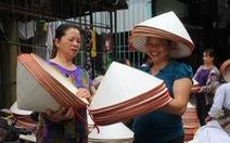 Phiên chợ nón làng Chuông bán chạy khắp nơi, mua ngồi 1 chỗ