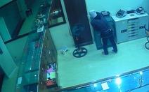 Clip kẻ trộm bịt mặt thủ dao lục lọi tiệm vàng trong đêm
