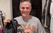 Ông bố mang đồ chơi của con gái đi làm suốt 18 năm