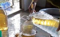 Múc hàng chục lít dầu từ giếng nước của người dân tại Hà Tĩnh
