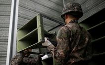 Hình ảnh dỡ bỏ dàn loa tuyên truyền của Hàn Quốc