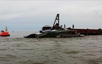 Giông lốc đánh lật tàu nạo vét trọng tải 1.000 tấn
