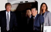 Vợ chồng ông Trump ra đón tù nhân Mỹ từ Triều Tiên trở về