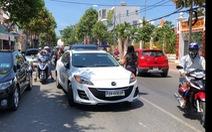 Dân quay video clip, Vũng Tàu 'phạt nguội' xe đậu giữa đường