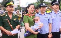 Công an Móng Cái tiếp nhận một bé trai bị bán sang Trung Quốc