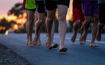 Những bạn trẻ chạy chân trần trên đường nhựa, đường đất