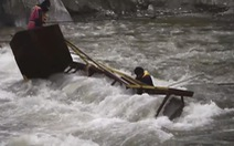 Phớt lờ cảnh báo 40 người qua cầu cùng lúc làm cầu sập khiến 5 học sinh thiệt mạng
