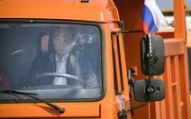 Ông Putin tự lái xe tải qua cầu mới mở nối Nga với Crimea