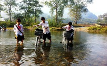 Xe đạp vượt suối, vượt dốc đến trường