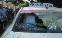 Va quẹt xe, đập bể kính taxi và... bị khống chế