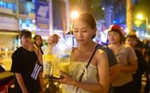 Bạn trẻ Sài Gòn xếp hàng mua sữa tươi trân châu vỉa hè