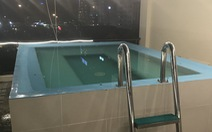 Đặt phòng qua booking, du khách té ngửa hồ bơi chỉ là 'hồ cá'