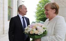 Báo Đức: Ông Putin xúc phạm bà Merkel bằng... một bó hoa