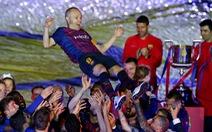 Nou Camp xúc động chia tay Iniesta