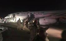 Máy bay hạ cánh khẩn cấp chúi mũi, sáng lòa đường băng đêm