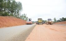 Bề mặt nền đường cao tốc Bắc Giang - Lạng Sơn không bằng phẳng