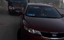 Đình chỉ 3 quản lý thị trường đi ôtô gắn bảng 'xe báo chí'