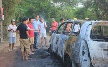 Xe 7 chỗ cháy như đuốc, bảy người kịp thoát thân