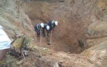 10 giờ đào bới tìm thi thể cụ ông bị vùi ở độ sâu 8m