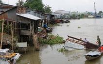 Sà lan 1.200 tấn tông sập 5 nhà dân, 3 em bé rơi xuống nước