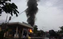 Xe bồn chở xăng bốc cháy dữ dội khi tiếp nhiên liệu