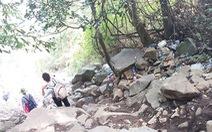 Rác tràn lối đi trên núi Bà Đen