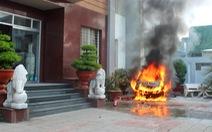 Ôtô đậu trong khách sạn bất ngờ cháy nổ, khách ôm đồ bỏ chạy