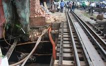 Đậu sát đường ray suốt 4 lượt tàu, xe ba gác bị húc xuống mương