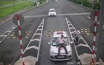 Bắt khẩn cấp tài xế taxi húc nhân viên an ninh hàng không lên capô xe