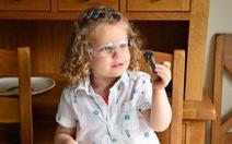Cô bé 3 tuổi thích thú biểu diễn các thí nghiệm khoa học