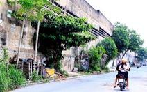 Tường cao hơn 15m mục nát bỏ hoang, dân nơm nớp sợ đổ sập