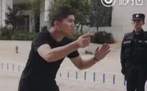 Không nhịn được cười với chiêu 'chống dao' của cảnh sát Trung Quốc
