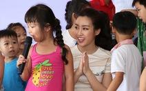 Hoa hậu Mỹ Linh tặng bàn ghế mới cho trẻ em Làng Nhân Ái